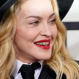 Schon ein Jahr Zuvor hatte sich Madonna diesen besonders gruseligen Beauty-Look ausgesucht. Also Ladys, niemals, niemals, niemals Grillz tragen!
