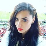 """Mit dem """"Golden Pass"""" steht auch Model Adriana Lima der Zugang zu den heiligen Rängen im Levi's Stadion offen. Sie lässt jedoch nicht durchblicken, welchem Team sie die Daumen drückt."""