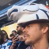"""Der """"Dancing with the Stars""""-Profitänzer Derek Hough bekennt sich ganz klar zu einer Mannschaft. Mit seinem witzigen Hut stellt er klar: Ich bin ein Bronco. Und gesellt sich damit direkt unter all die anderen Fans."""