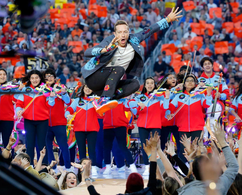 Chris Martin von Coldplay gibt bei seinem Auftritt in der Halbzeit-Pause alles.