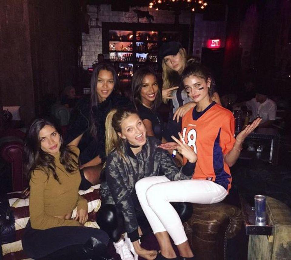 """Auch die """"Victoria's Secret""""-Models rund um Jasmine Tookes lassen es sich nicht nehmen, eine """"Super Bowl""""-Party zu schmeißen. Sie sind zwar nicht im Stadion, haben aber dennoch jede Menge gute Laune. Das liegt vielleicht auch daran, dass sie dem Siegerteam - den Broncos - zujubeln. Das lässt zumindest das Trikot von Taylor Hill vermuten."""