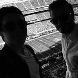 Ballsportarten sind bei den Beckhams selbstverständlich beliebt. Da ist der American Football natürlich auch keine Ausnahme. Das Spiel verfolgen Brooklyn und David jedoch lieber aus sicherer Entfernung. Sie halten sich in einer VIP-Loge auf, anstatt auf den Rängen mitzufiebern.