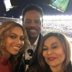 Nachdem Beyoncé ihre Mega-Performance während der Halbzeitpause hingelegt hat, besucht sie ihre Mama, Tina Lawson, in der VIP-Lounge. So ein Moment muss mit einem Familienfoto festgehalten werden.