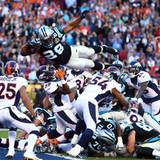 """Die """"Denver Broncos"""" un die """"Carolina Panthers"""" geben auf dem Spielfeld alles."""