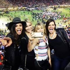 Von der Euphorie der Bronco-Fans lässt sich Nina Dobrev besonders anstecken. Sie feiert mit ihnen und ihren Freunden zusammen und hält jeden Moment mit ihrer Handykamera fest.