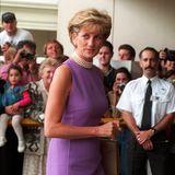 Schlicht-elegante Etukleider kombinierte Prinzessin Diana immer gern mit ihrer enganliegenden Perlenkette.