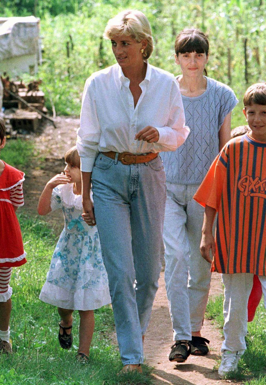 Für ihre vielen Besuch in Krisengebieten wie hier im bosnischen Tuzla sind Jeans und Bluse für Diana immer vollkommen ausreichend gewesen.