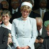 Bei einer Gedenkveranstaltung im Londoner Hyde Park im Mai 1995 trägt Prinzessin Diana ein zart hellblaues Ensemble mit passendem Hut und ihrer geliebten Perlenkette.