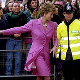 Im knalligen, fuchsiafarbenen Ensemble verbreitet Prinzessin Diana im Februar 1994 beim Besuch eines Kinderkrankenhauses gute Laune.