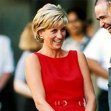 Erfrischt und sommerlich wirkt Lady Diana bei der Eröffnung eines Kinderzentrums im leuchtend roten Etuikleid mit integriertem Gürtel.
