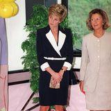 Ein Schwarz-Weiß-Look, irgendwo zwischen Stewardess und Stil-Ikone: Prinzessin Diana in einem schmalen Kostüm mit auffälligem Revers und weißem Taillengürtel.