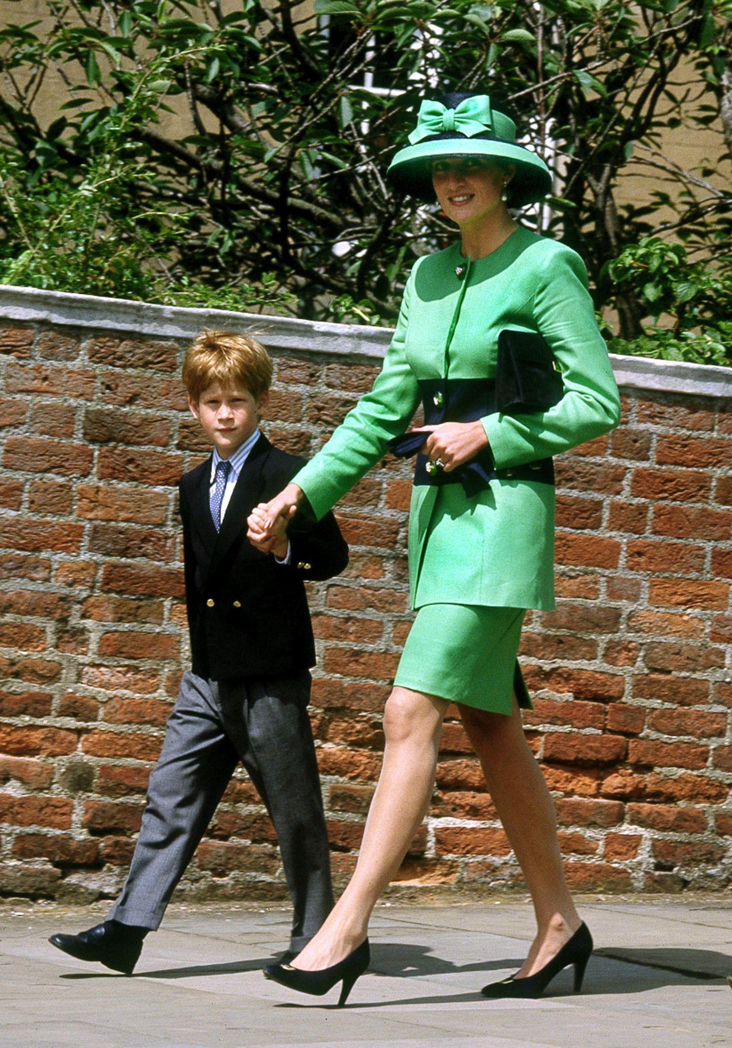 Wunderbar britisch kleidet sich Prinzessin Diana für die Hochzeit einer Freundin. Im pistaziengrünen Ensemble mit passendem Hut ist sie ein farbenfroher Eyecatcher.