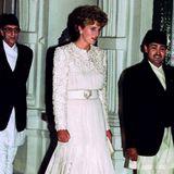 Während ihres Staatsbesuchs in Nepal im März 1993 zeigt sich Prinzessin Diana mit diesem reich bestickten, weißen Satin-Kleid und passenden Pumps.