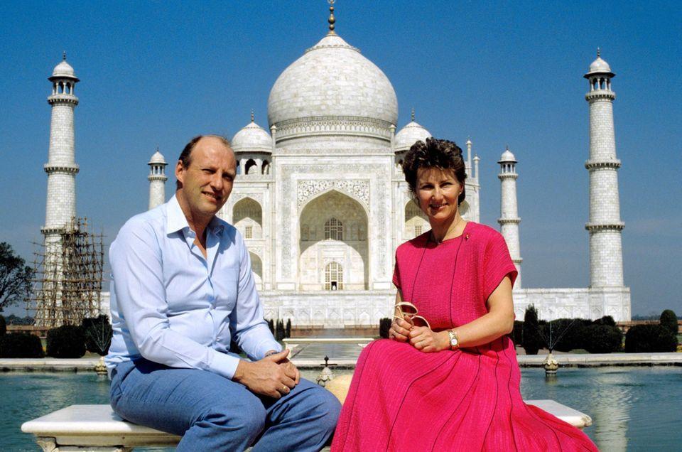 Haakons Eltern, König Harald und Königin Sonja besuchen den Taj Mahal 20 Jahre vor ihrem Sohn, im Februar 1986.