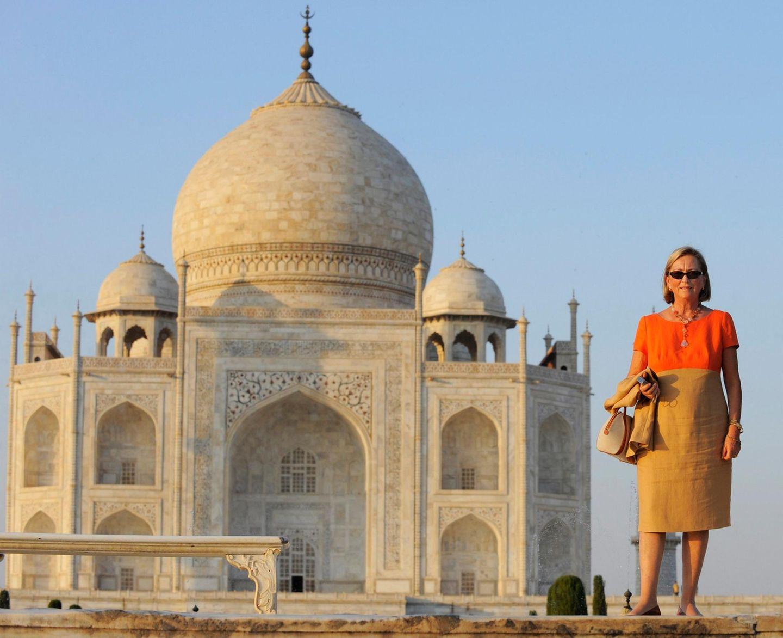 Im November 2008 steht Königin Palola von Belgien neben dem Denkmal im indischen Bundesstaat Uttar Pradesh.