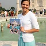 Prinzessin Victoria von Schweden besucht den Taj Mahal im Oktober 2008. Die Kronprinzessin zeigt dabei ein Foto ihrer Eltern an gleichem Ort.