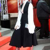 """Cynthia Nixons wirkt im schwarz-weißen Midi-Kleid, das sie zur Premiere von """"Indignation"""" im Zoopalast trug, wie eine Nonne, die sexy sein möchte. Und irgendwie passt das so gar nicht."""