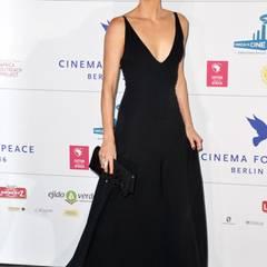 """Im zurückhaltend eleganten Abendkleid bringt Charlize Theron dezenten Glamour auf die """"Cinema For Peace""""-Gala im Rahmen der Berlinale 2016."""