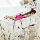Vito Schnabel springt von den berühmten Klippen des Hotel Du Cap Eden Roc und macht dabei eine gute Figur.