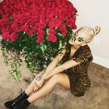 Rita Ora hat einen Strauß Rosen bekommen, der fast so groß ist wie sie selbst.