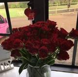 Katie Price hat 100 rote Rosen geschenkt bekommen.