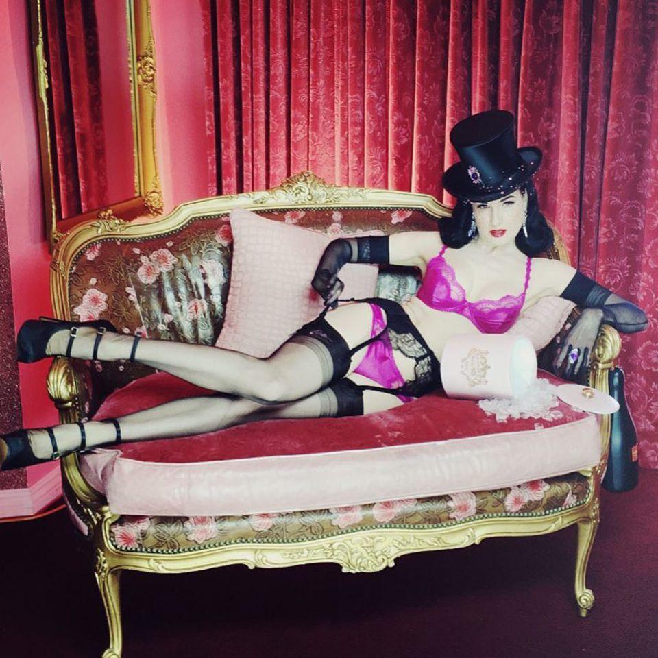 Dita Von Teese zeigt sich zu diesem besonderen Tag natürlich in sexy Dessous.