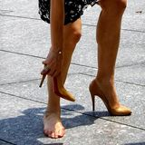Diese Pumps scheinen nicht optimal zu sitzen. Prinzessin Mary von Dänemark bleibt mit den Schuhen im Pflaster stecken und zeigt ihren lädierten Fuß.