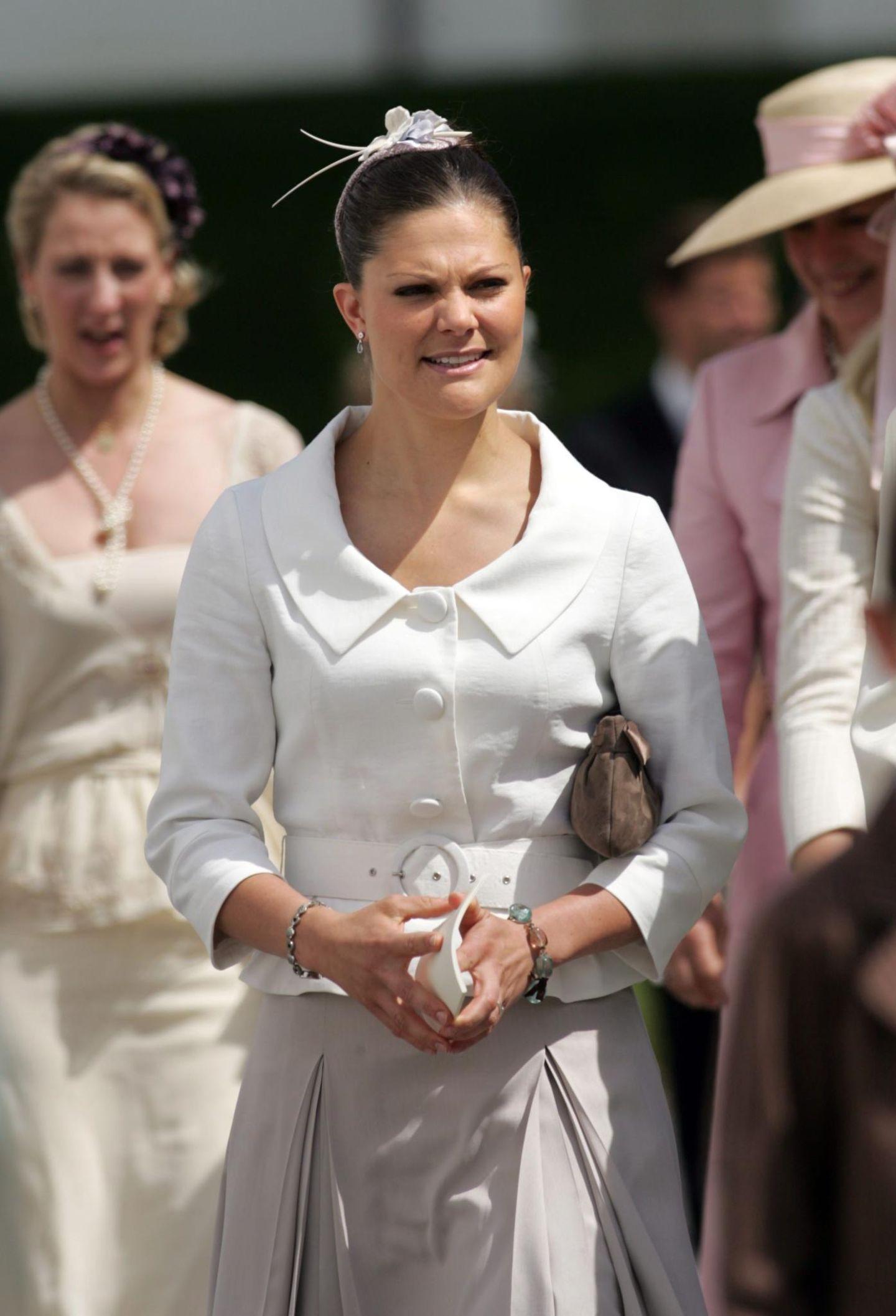 Verdrehte Blüten: Prinzessin Victoria von Schweden trägt ihren Kopfschmuck verkehrt herum.