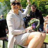 Hier hätte ein bisschen mehr Beinfreiheit Königin Máxima gut gestanden. So blitzt leider die Strumpfkante unter dem Kleid hervor.