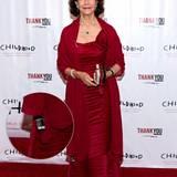 Königin Silvia trägt ein purpurrotes Abendkleid und ist wie immer top gestylt, leider blitzt am Saum das Schildchen mit der Waschanleitung hervor.