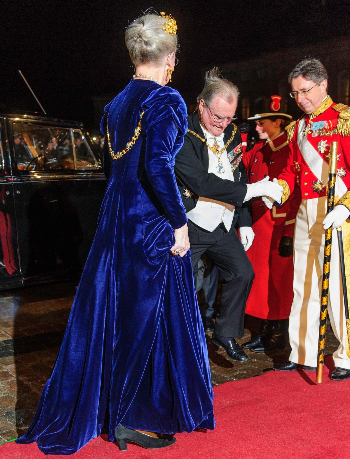 Nicht sehr passend: Königin Margrethe von Dänemark trägt ein blaues Samtkleid und dazu schwarze Wildlederschuhe.