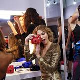 Topmodel Karlie Kloss hält die ungezwungene Präsentation von Diane von Furstenberg in Schnappschüssen fest.