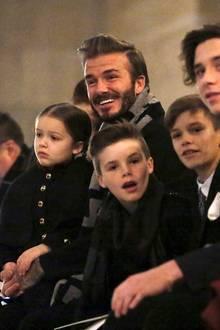 Die komplette Familie Beckham sitzt in der ersten Reihe. Und man sieht David, Harper, Cruz, Romeo und Brooklyn auch an, dass sie mächtig stolz auf ihre Frau und Mutter Victoria sind.