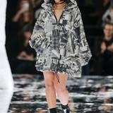 """Superstar Rihanna präsentiert Teile ihrer """"Fenty Puma""""-Kollektion natürlich selbst auf dem Runway."""