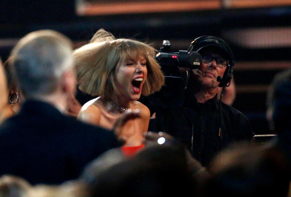 Taylor Swift freut sich mit ihrem Kumpel Ed Sheeran über seine Auszeichnung.
