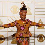 Angelique Kidjo trägt ihren Grammy auf dem Kopf.