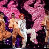 Lady Gaga erinnert mit einem Medley seiner Songs und mit ihrem Outfit an den verstorbenen Musiker David Bowie.