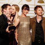 Matt Bellamy und seine Muse-Band-Kollegen feiern ihren Grammy für das Beste Rock-Album. Von Freundin Elle Evans gibt es zur Belohnung ein Küsschen.