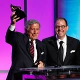 Tony Bennett und Bill Charlap nehmen den Award für das Beste traditionelle Popgesangs-Album entgegen.