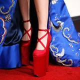 Bei ihrer Ankunft können wir einen Blick auf Lady Gagas gigantische Schuhe werfen.