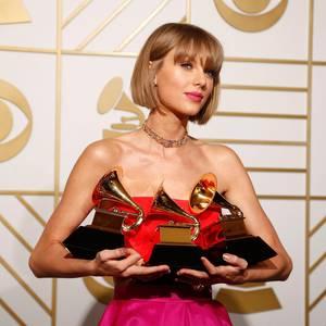 Taylor Swift ist die Gewinnerin des Abends. Sie räumt bei den 58. Grammy Awards in den Kategorien Album des Jahres, Bestes Pop-Gesangsalbum und Bestes Musikvideo ab.
