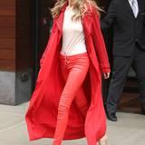 Lady in Red! Gigi Hadid sieht im knallroten Streetstyle-Outfit einfach großartig aus.