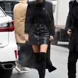 Gigi Hadid hat wirklich ein Faible für lange Mäntel. Edel und gleichzeitig sexy sind Mantel, Overkness und Lederrock in Kombination.