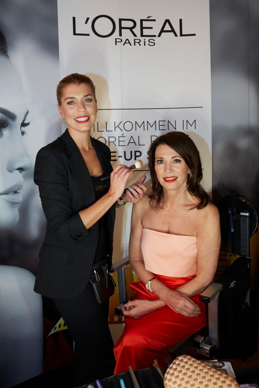L'Oréal-Beauty-Expert Ricarda Zill legt beim Make-up von Schauspielerin Iris Berben letzte Hand an.