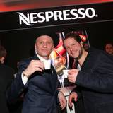 Robert Stadlober und Mirko Lang prosten mit heißen Wachmachern von Nespresso zu.