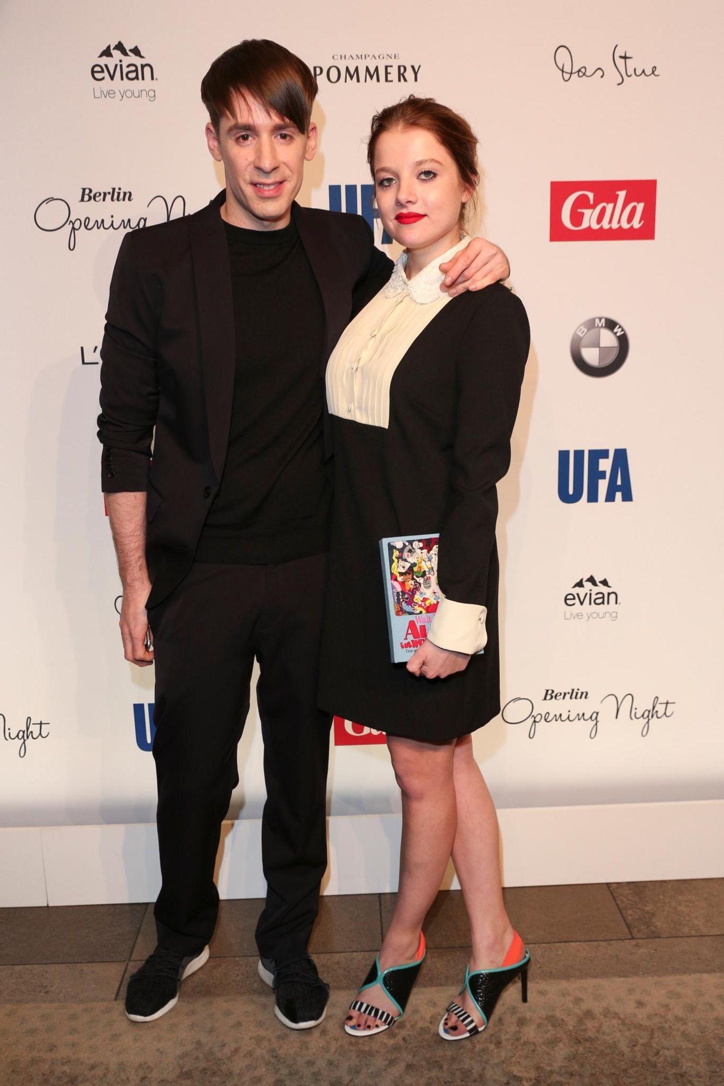Designer Kilian Kerner posiert mit Schauspielerin Jella Haase, die ein Kleid von Valentino, Schuhe von Kenzo und eine wahnsinnig coole Book-Clutch von Olympia Le-Tan trägt.
