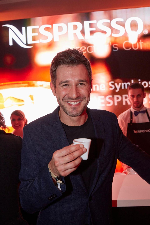 Moderator Jochen Schropp findet abseits der Party gerne Zeit für einen Koffeinkick bei Nespresso.