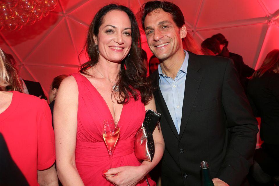 Die Schauspieler Natalia Wörner und Robert Steeliger stoßen mit einem leckeren Glas Champagner von Pommery auf den Startschuss der Berlinale an.