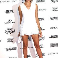 Unschuldig weiß, dafür aber ganz schön kurz ist das Minikleid von Topmodel Irina Shayk, die selbst 2011 das Cover der kultigen Zeitschrift zierte.