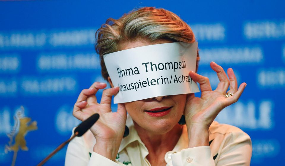 Bei der Pressekonferenz versteckt sich Emma Thompson hinter ihrem Namensschild.